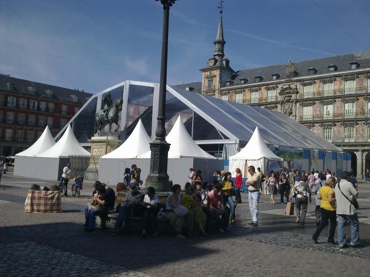 La Plaza Mayor de Madrid ya no tiene árboles ni bancos. Hay que dejar sitio para mamotretos como este, y lo de sentarse... en una terraza y a esperar a que te metan un clavo